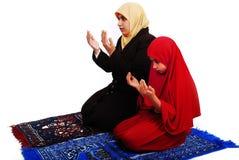 Jong moslimwijfje in het traditionele kleren bidden Stock Afbeeldingen