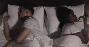 Jong multi-etnisch paar in bed leggen ongelukkig na een ruzie De Brug van de baai in San Francisco, CA stock video