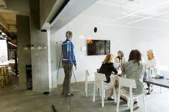 Jong multi-etnisch team die in een modern bureau werken stock afbeelding