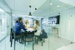 Jong multi-etnisch team die in een modern bureau werken royalty-vrije stock afbeelding
