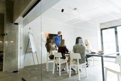 Jong multi-etnisch team die in een modern bureau werken royalty-vrije stock foto