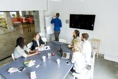 Jong multi-etnisch team die in een modern bureau werken stock foto