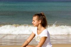 Jong nadenkend meisje op het strand Royalty-vrije Stock Afbeelding