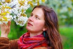 Jong natuurlijk meisje met kersenbloesem in de lentelandschap royalty-vrije stock fotografie
