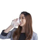 Jong onderneemster drinkwater op waterglas Stock Afbeeldingen