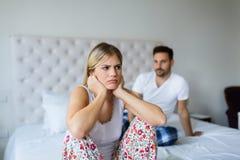 Jong ongelukkig paar die problemen in verhouding hebben royalty-vrije stock afbeelding