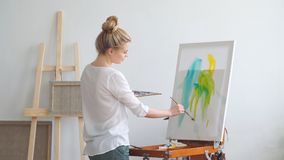 Jong ontzagwekkend vrolijk meisje die thuis van het schilderen genieten stock videobeelden
