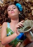 Jong oosters meisje met een kruik Stock Foto's