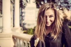 Jong openlucht de herfst zonnig portret van de manier mooi vrouw Royalty-vrije Stock Foto