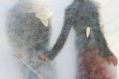 Jong paar achter gordijn Stock Foto's