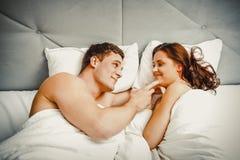Jong paar in bed royalty-vrije stock fotografie