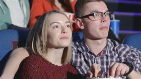 Jong paar bij de avondzitting stock footage