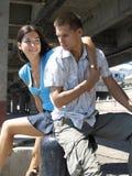 Jong paar bij de rivierhaven Royalty-vrije Stock Foto