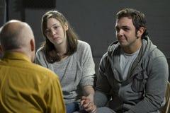Jong paar bij de therapie van paren stock afbeeldingen