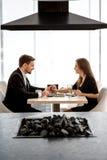 Jong paar bij het restaurant Royalty-vrije Stock Afbeeldingen