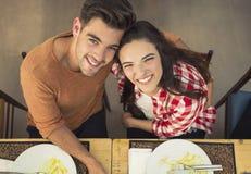 Jong paar bij het restaurant Stock Fotografie