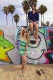 Jong paar bij het strand Stock Foto's
