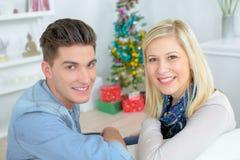 Jong paar bij Kerstmis stock afbeeldingen