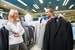 Jong paar bij kleren het winkelen Royalty-vrije Stock Foto