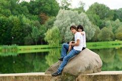 Jong paar bij park Stock Afbeelding