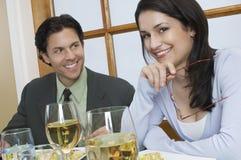 Jong Paar bij Restaurant stock afbeeldingen
