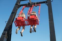Jong paar bij schommeling boven wolkenkrabber in Amsterdam royalty-vrije stock afbeeldingen