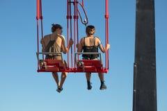 Jong paar bij schommeling boven wolkenkrabber in Amsterdam royalty-vrije stock afbeelding