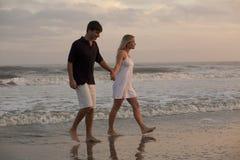 Jong Paar bij Strand Royalty-vrije Stock Foto