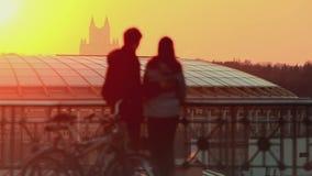 Jong paar bij zonsondergang in de stad stock footage