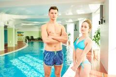 Jong Paar in Binnen Zwembad stock fotografie
