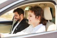 Jong paar dat als vrienden in de auto reist royalty-vrije stock foto