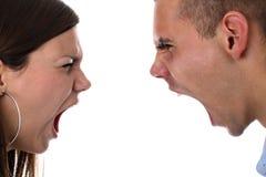 Jong paar dat bij geïsoleerd elkaar schreeuwt Royalty-vrije Stock Afbeelding