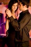 Jong paar dat bij het restaurant danst Stock Foto