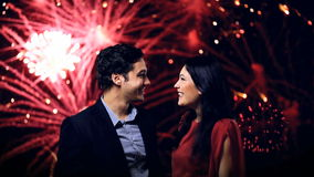 Jong paar dat de vooravond van vuurwerk geniet van het nieuwe jaar stock videobeelden