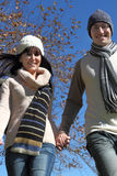 Jong paar dat in de winterkleren loopt stock afbeeldingen