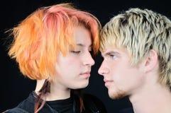 Jong paar dat each other ogen onderzoekt stock foto's