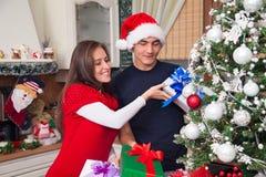 Jong paar dat huis verfraait voor Kerstmis Stock Fotografie