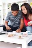 Jong paar dat hun uitgaven berekent stock foto's