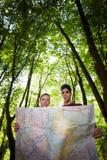 Jong paar dat kaart tijdens trek bekijkt royalty-vrije stock afbeelding