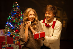 Jong paar dat Kerstmisgift voorstelt Royalty-vrije Stock Fotografie