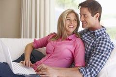 Jong Paar dat Laptop thuis met behulp van royalty-vrije stock afbeeldingen