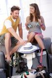 Jong paar dat naar de verpakkingszak van de de zomervakantie gaat Stock Foto's
