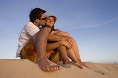 Jong paar dat op een zonsondergang let Stock Afbeeldingen