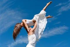 Jong paar dat op hemelachtergrond danst, vrijheid royalty-vrije stock fotografie