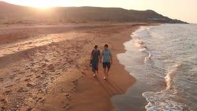 Jong paar dat op strand loopt stock video