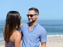 Jong Paar dat op Strand omhelst Stock Afbeeldingen