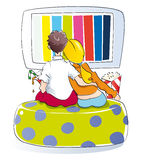 Jong paar dat op TV let Stock Foto's
