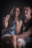 Jong paar dat op TV let Royalty-vrije Stock Foto