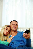 Jong paar dat op TV let Stock Afbeelding