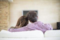 Jong paar dat op TV let Stock Fotografie